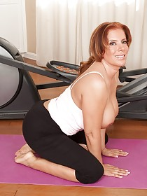 Curvaceous MILF gym addict showing off her amazing holes on the floor